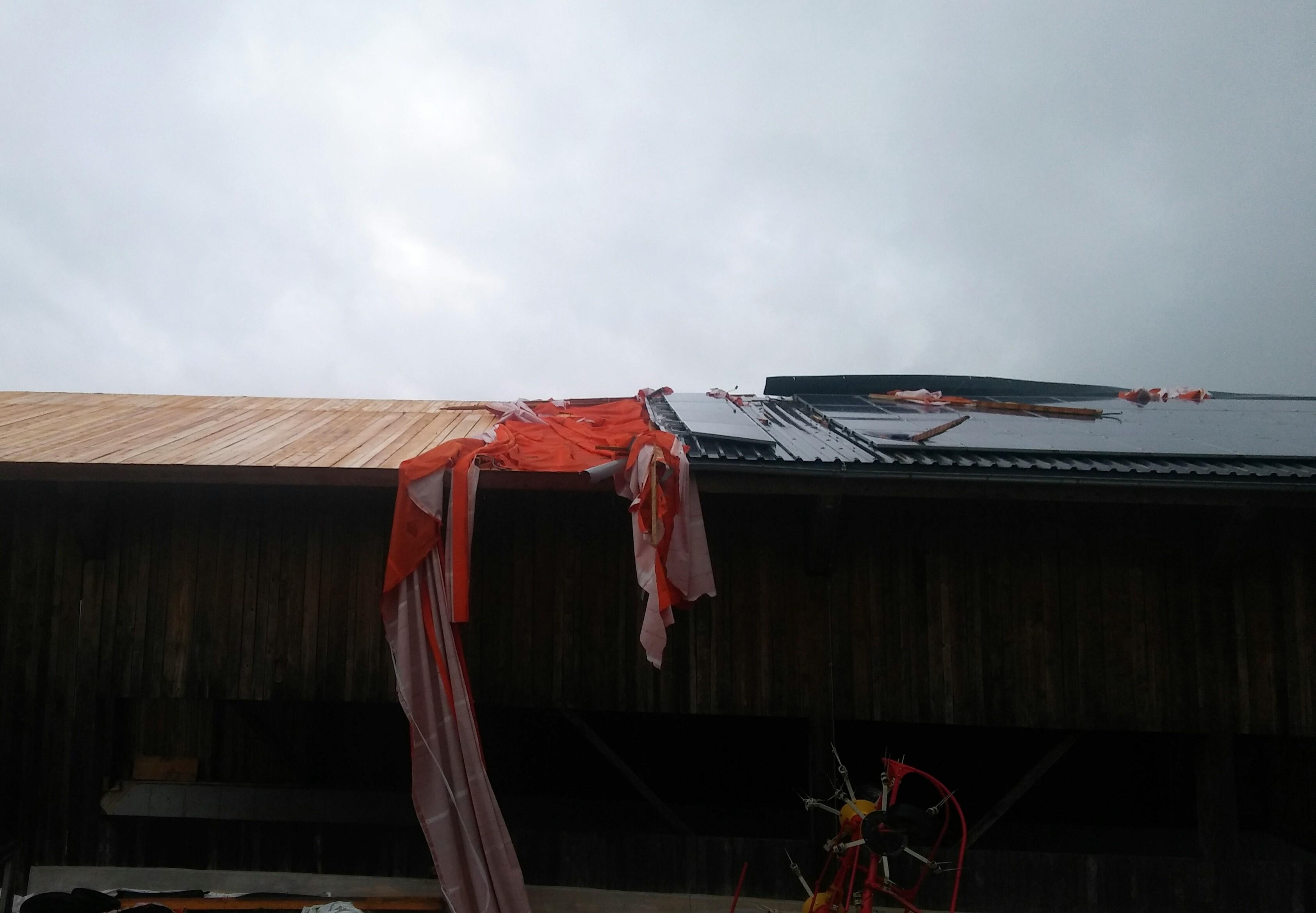 Sturm deckt Dach ab